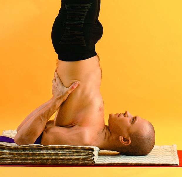 Сарвангасана – выстраиваем позу правильно, чтобы не травмировать шею