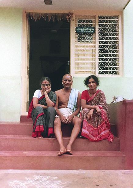 https://yogajournal.ru/upload/medialibrary/65d/Guruji,%20Amma%20and%20Saraswati.jpg