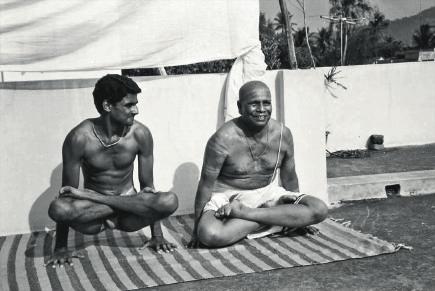 https://yogajournal.ru/upload/medialibrary/d9e/Sharath-Jois-Pattabhi-Jois435.jpg